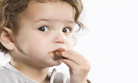 Lưu ý không nên cho con dưới 3 tuổi ăn socola